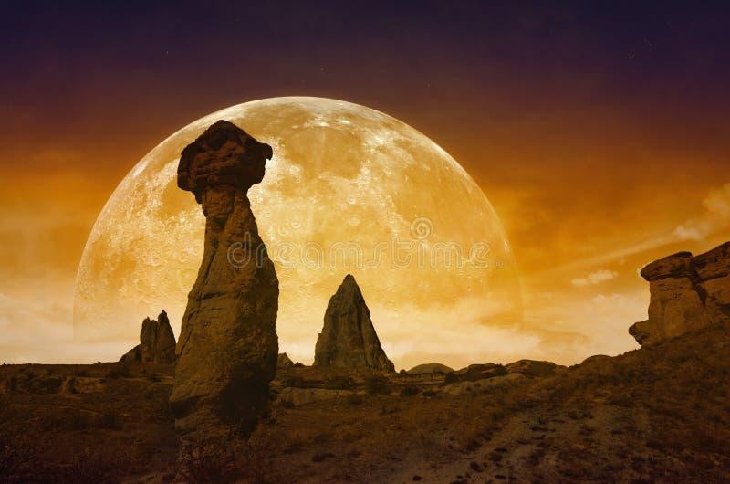 La pleine lune rouge ensanglantée en hausse, silhouettes de champignon bascule images stock