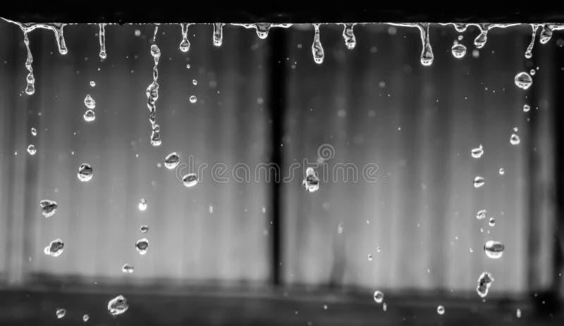 La pluie circulaire se laisse tomber de l'abri dans la saison des pluies, Thaïlande images stock