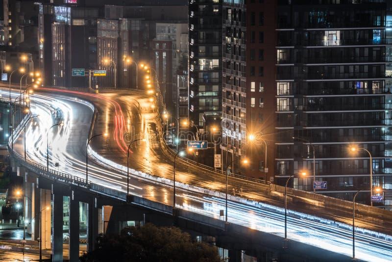 La pluie descend sur l'autoroute urbaine allumée urbaine à Toronto, Canada d'Ontario images stock