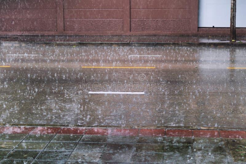 La pluie tombe sur la surface de la route photos libres de droits