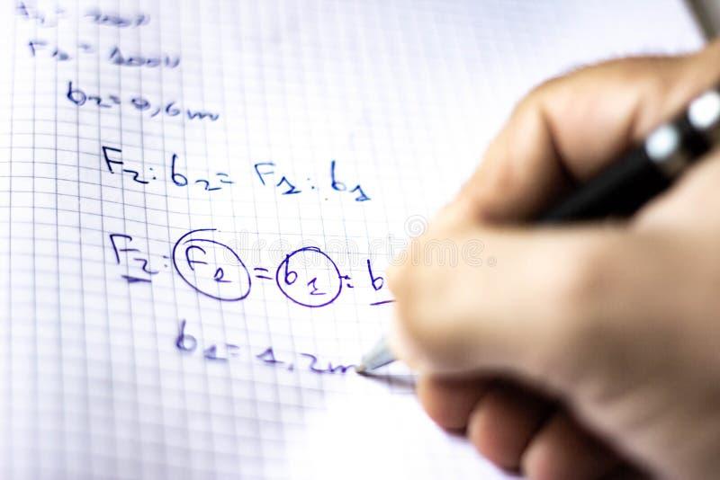 La pluma en un cuaderno con los cuadrados escritos con fórmulas, escuela comienza en septiembre, ahora él es apenas un rato corto imágenes de archivo libres de regalías
