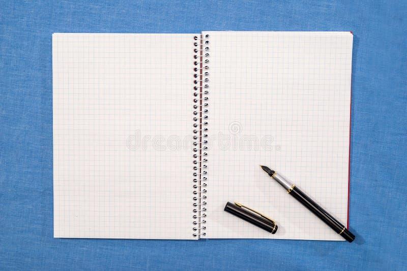 la pluma miente en las páginas vacías imagen de archivo