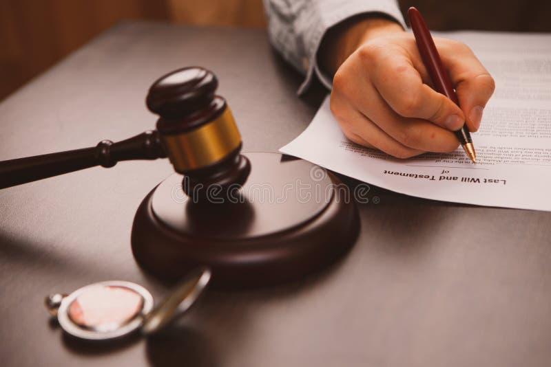 La pluma pública del ` s del notario en el testamento y el último lo va a hacer foto de archivo