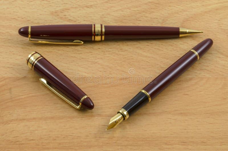 La pluma y el lápiz fijaron 02 imagenes de archivo