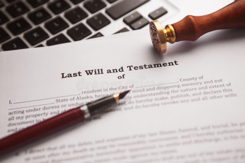 La pluma y el sello públicos del ` s del notario en el testamento y el último lo van a hacer foto de archivo libre de regalías