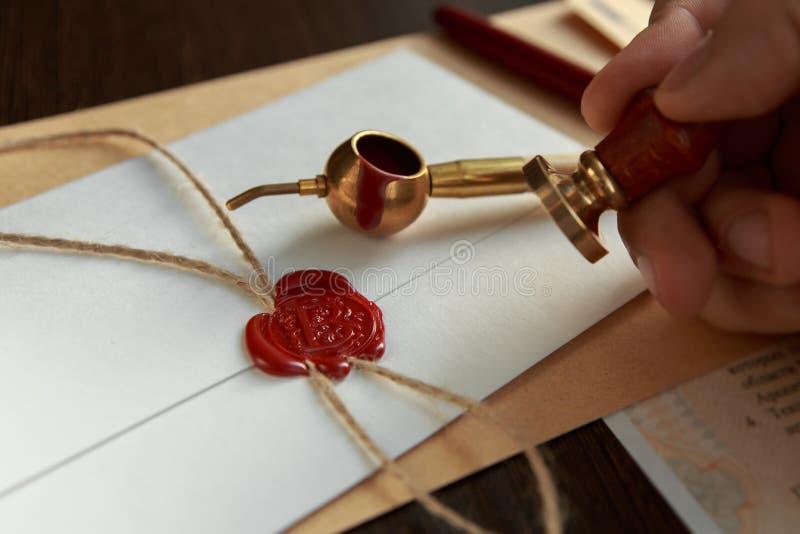 La pluma y el sello públicos del ` s del notario en el testamento y el último lo van a hacer imágenes de archivo libres de regalías