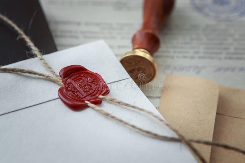 La pluma y el sello públicos del ` s del notario en el testamento y el último lo van a hacer Herramientas del notario público imagen de archivo