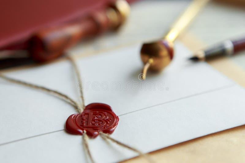 La pluma y el sello públicos del ` s del notario en el testamento y el último lo van a hacer Herramientas del notario público foto de archivo