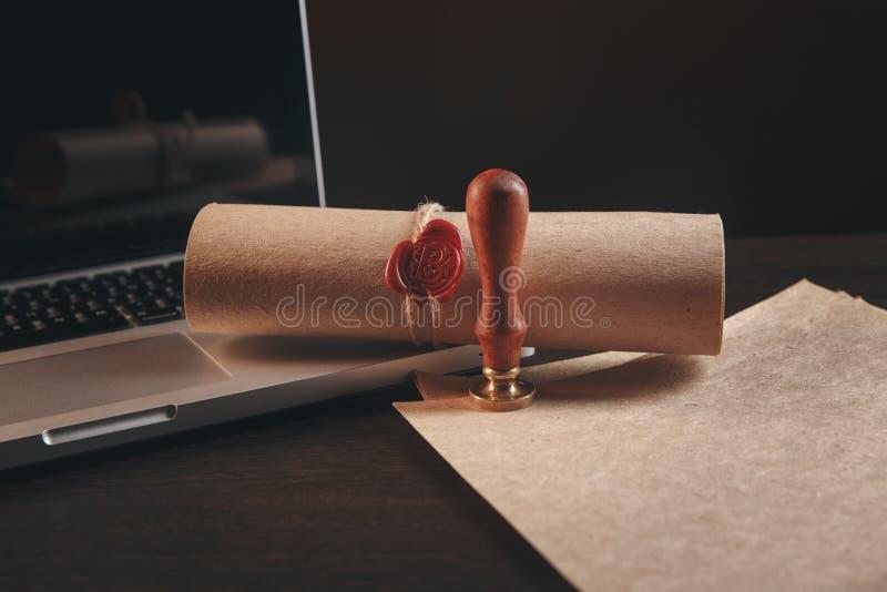 La pluma y el sello públicos del ` s del notario en el testamento y el último lo van a hacer Notario público fotografía de archivo libre de regalías
