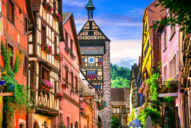 La plupart des beaux villages des Frances - Riquewihr en Alsace célèbre photo stock