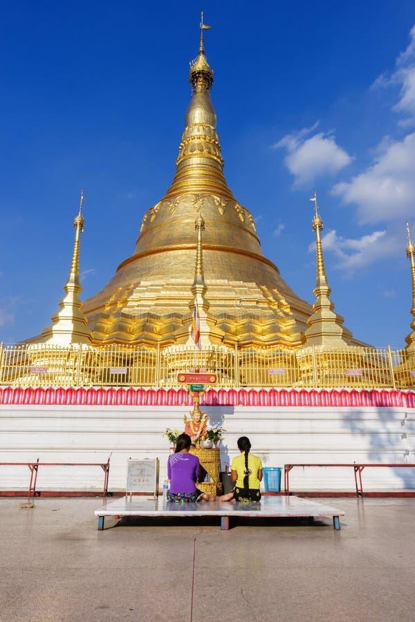 La población de Birmania es pagoda de Shwedagon de la adoración foto de archivo