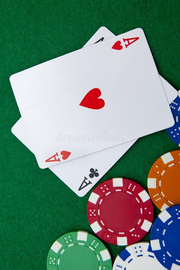 La poche de holdem du Texas aces sur une table de casino images libres de droits