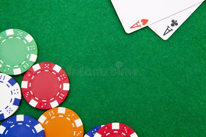 La poche de holdem du Texas aces sur une table de casino image libre de droits