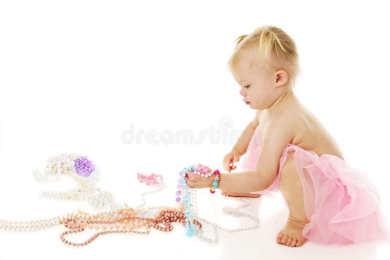 La poignée d'un enfant en bas âge de perles photographie stock