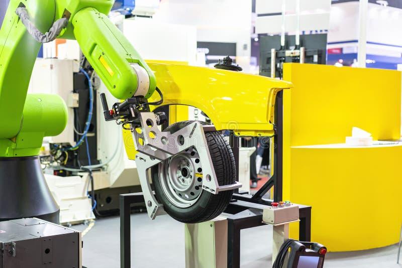 La poignée de robot de technologie de pointe et de précision avec la bride automatique ou le mandrin pour la roue et le pneu de c images stock
