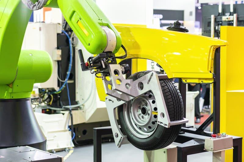 La poignée de robot de technologie de pointe et de précision avec la bride automatique ou le mandrin pour la roue et le pneu de c photos stock