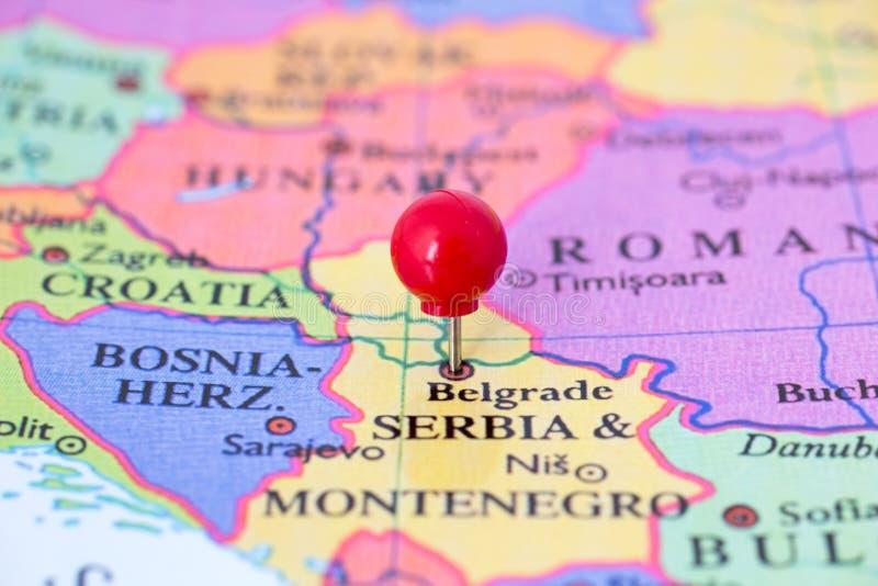 Punaise rouge sur la carte de la Serbie images stock