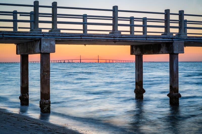 La poire de pêche encadre le pont skyway du fort DeSoto en Floride image stock