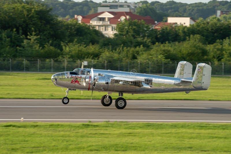 La POLARIZZAZIONE internazionale dello show aereo di Bucarest, tori NORDAMERICANI di volo del ` di MITCHELL del ` di B-25J team fotografia stock