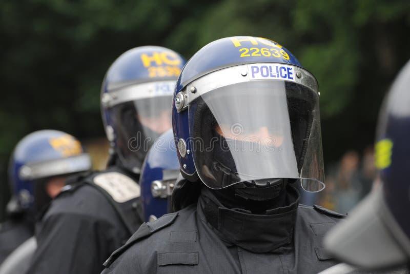 La policía antidisturbios manda con la visera y el casco fotografía de archivo libre de regalías