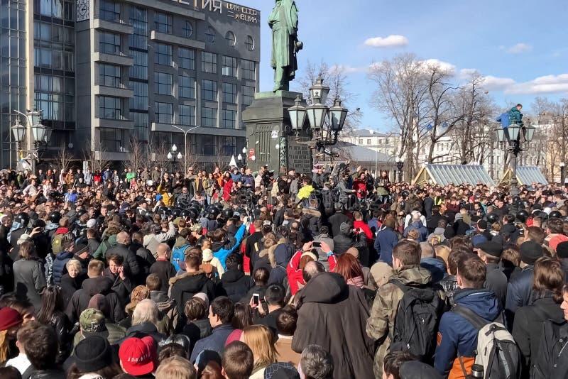 La policía arresta a manifestantes imagenes de archivo