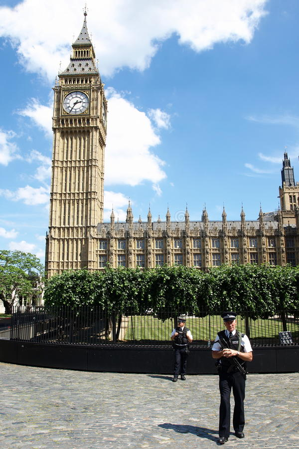 La policía coloca al protector fuera del palacio de Westminster