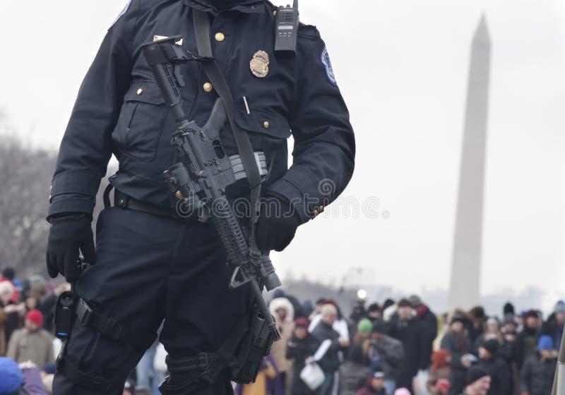 La policía con el rifle M4 guarda a la muchedumbre en alameda nacional fotografía de archivo