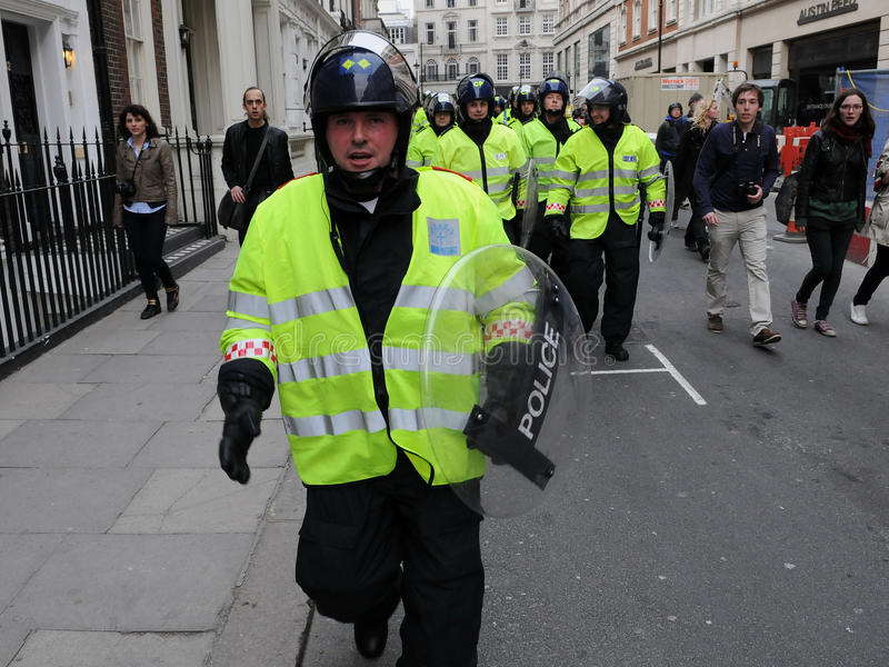 La policía de alboroto en Anti-Cortó protesta en Londres fotos de archivo libres de regalías