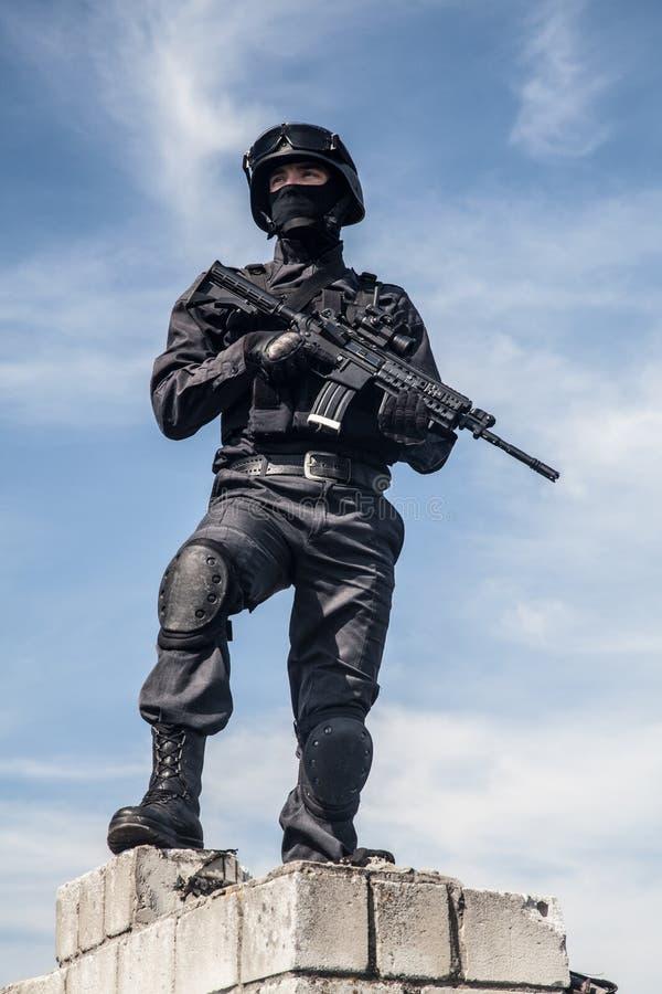 La policía de los ops de espec. GOLPEA CON FUERZA imagen de archivo