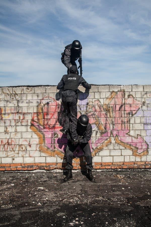 La policía de los ops de espec. GOLPEA CON FUERZA foto de archivo libre de regalías