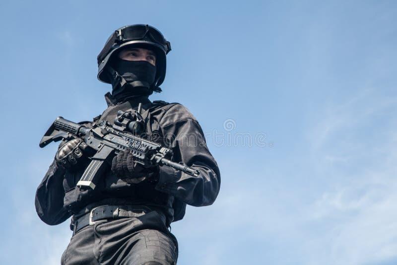 La policía de los ops de espec. GOLPEA CON FUERZA imagen de archivo libre de regalías