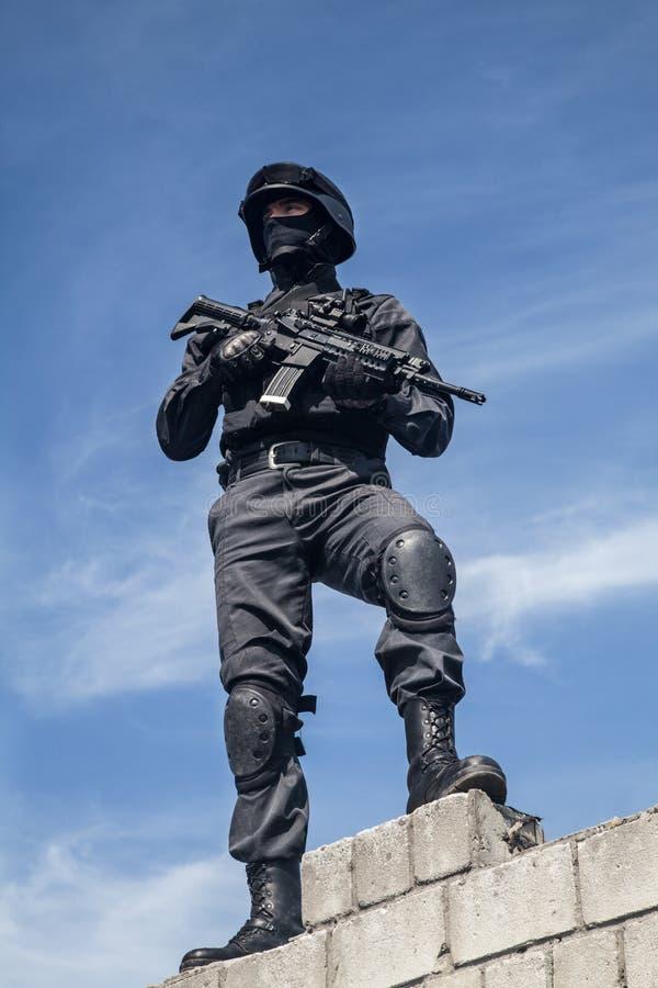 La policía de los ops de espec. GOLPEA CON FUERZA fotografía de archivo