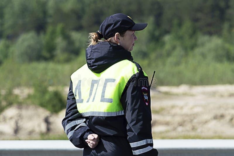 La policía de la mujer patrulla servicio en el trabajo Visi?n trasera imágenes de archivo libres de regalías