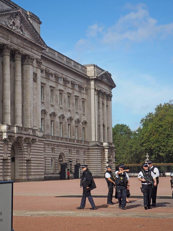 La policía del Buckingham Palace guarda imagenes de archivo
