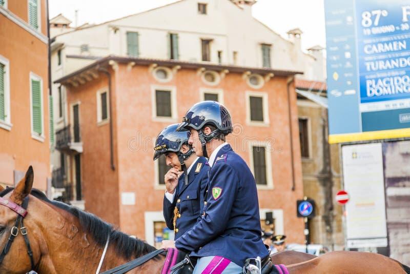 La policía en caballos es de observación y de ayuda de los espectadores en foto de archivo