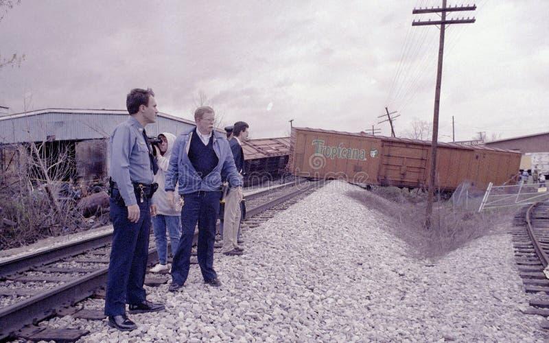 La policía examina un descarrilamiento de tren fotos de archivo