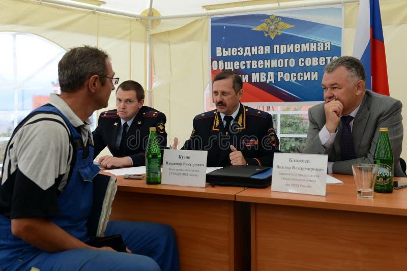 La policía major al general Vladimir Kuzin y el rector de la recepción legal de la conducta de Victor Blazheev de la universidad  fotos de archivo