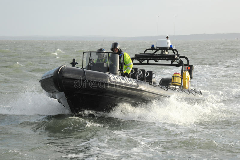 La policía patrulla la COSTILLA en el mar fotografía de archivo