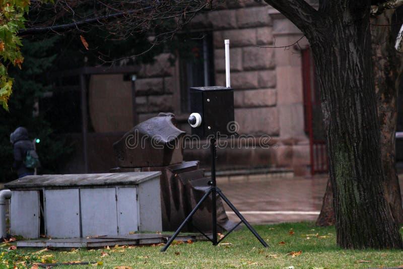 La policía pone las cámaras costosas nuevas, estupendas, compradas con el dinero de los contribuyentes, a seguir a gente y viola  fotos de archivo libres de regalías
