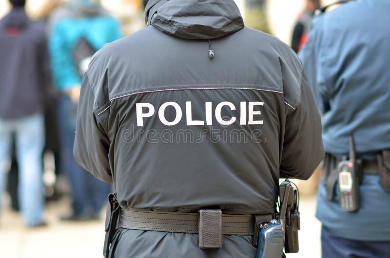 La policía sirve en la ciudad de Praga