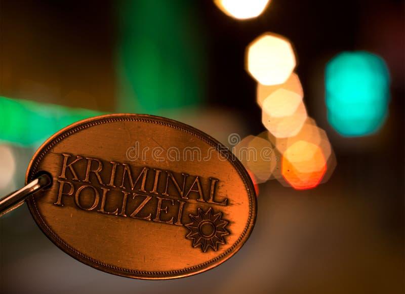 La policía trata por lotes delante de luces de la ciudad por noche fotos de archivo