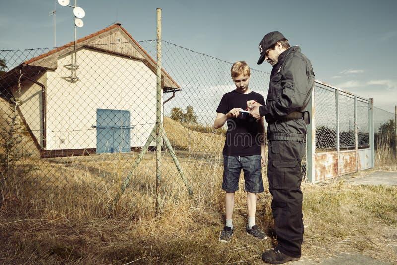 La police équipe le pickpocket adolescent de interrogation hors de la ville photos stock
