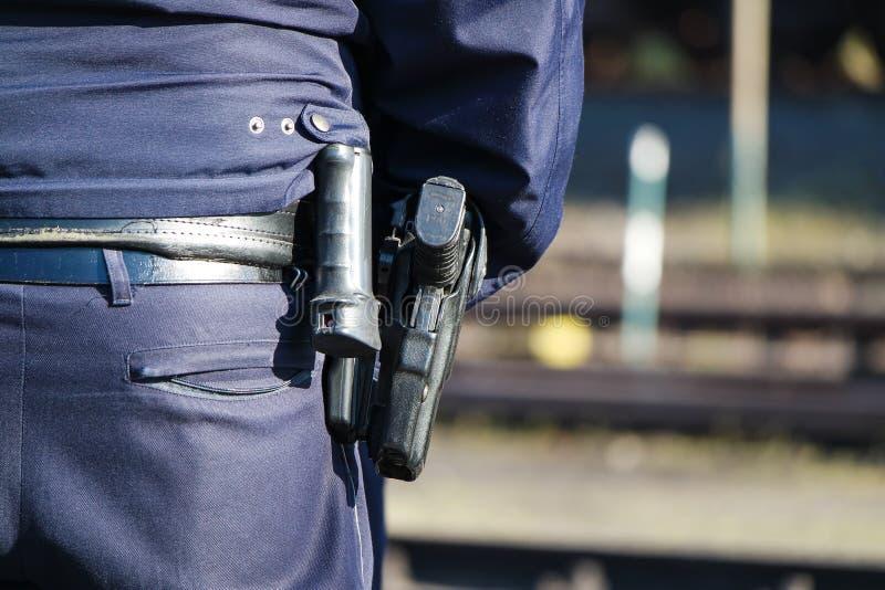La police allemande équipe avec l'arme à feu image stock