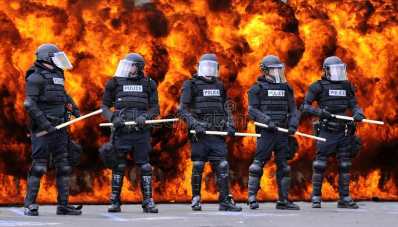 La police anti-émeute et le feu image libre de droits