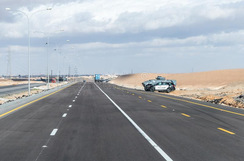 La police de la circulation et la police militaire de la Jordanie gardent l'itinéraire interurbain près de la ville de Maan en Jo images stock