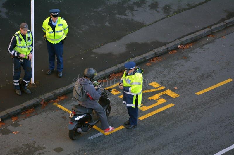 La police de la circulation commandent écrire une citation de trafic à un scooter r photographie stock libre de droits