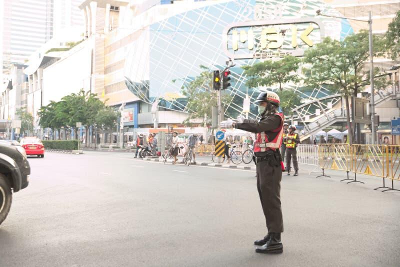 La police de la circulation réorientent la voiture hors de l'intersection de Pathumwan photographie stock