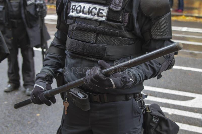 La police de Portland en plan rapproché de tenue anti-émeute pendant occupe Portland 2011 images stock