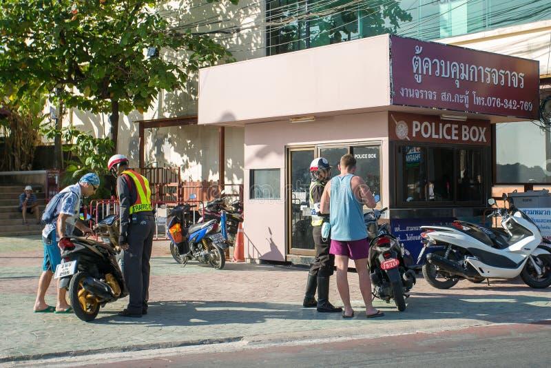 La police de route vérifie des touristes sur la motocyclette images libres de droits