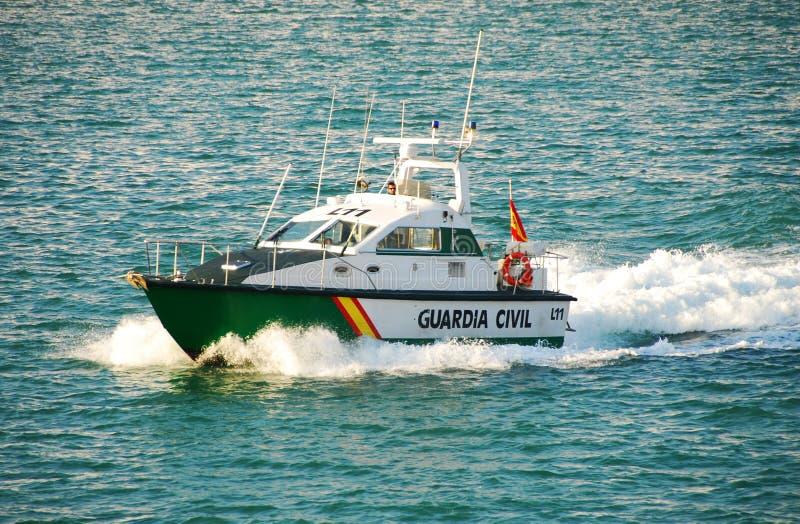 La police espagnole patrouille le port de Brcelona images stock